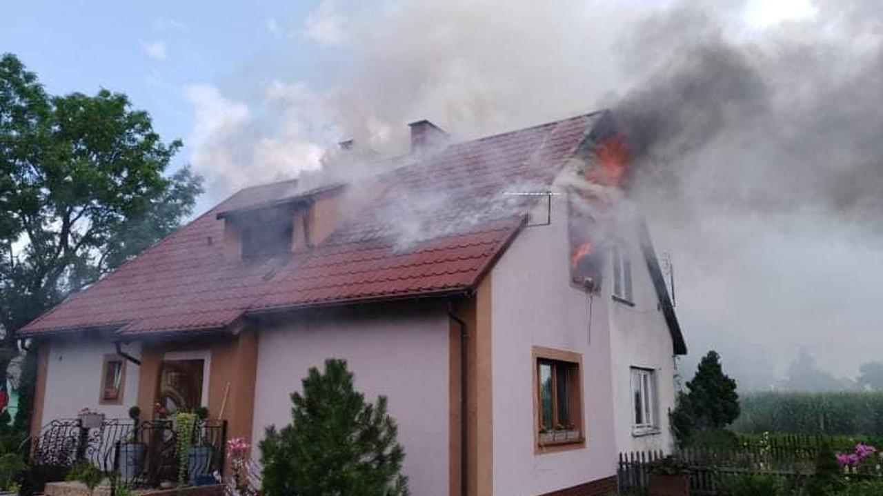 Dom płonął, mężczyzna był uwięziony na poddaszu. Komendant policji ruszył na pomoc
