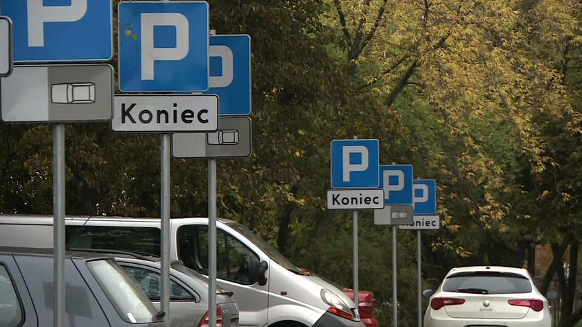 Poznań, osiedle Przyjaźni. Znak za znakiem na parkingu