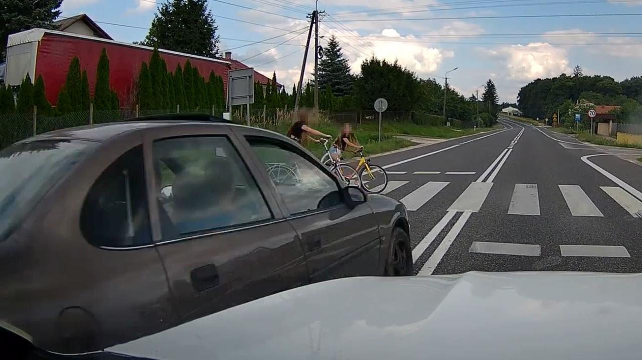 18-letni kierowca wyprzedzał na pasach, rowerzystki zatrzymały się w ostatniej chwili