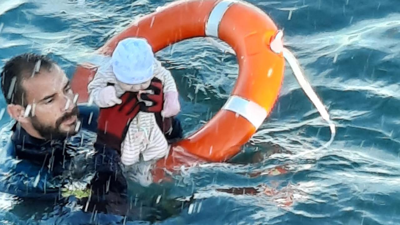 Ceuta.  Los rescatistas de Guanfran rescataron a un bebé de varios meses del agua [Zdjęcie]