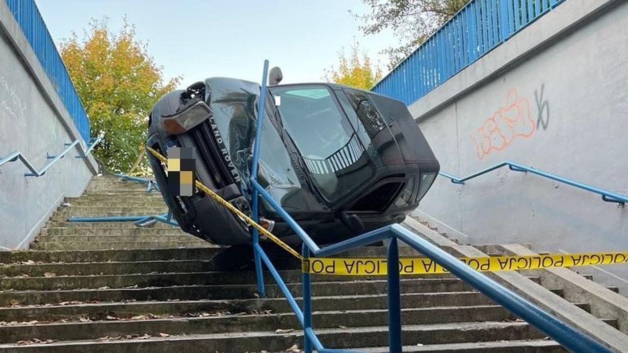 Olkusz: kobieta wjechała SUV-em na schody do przejścia podziemnego. Tłumaczyła się zmęczeniem i brakiem umiejętności