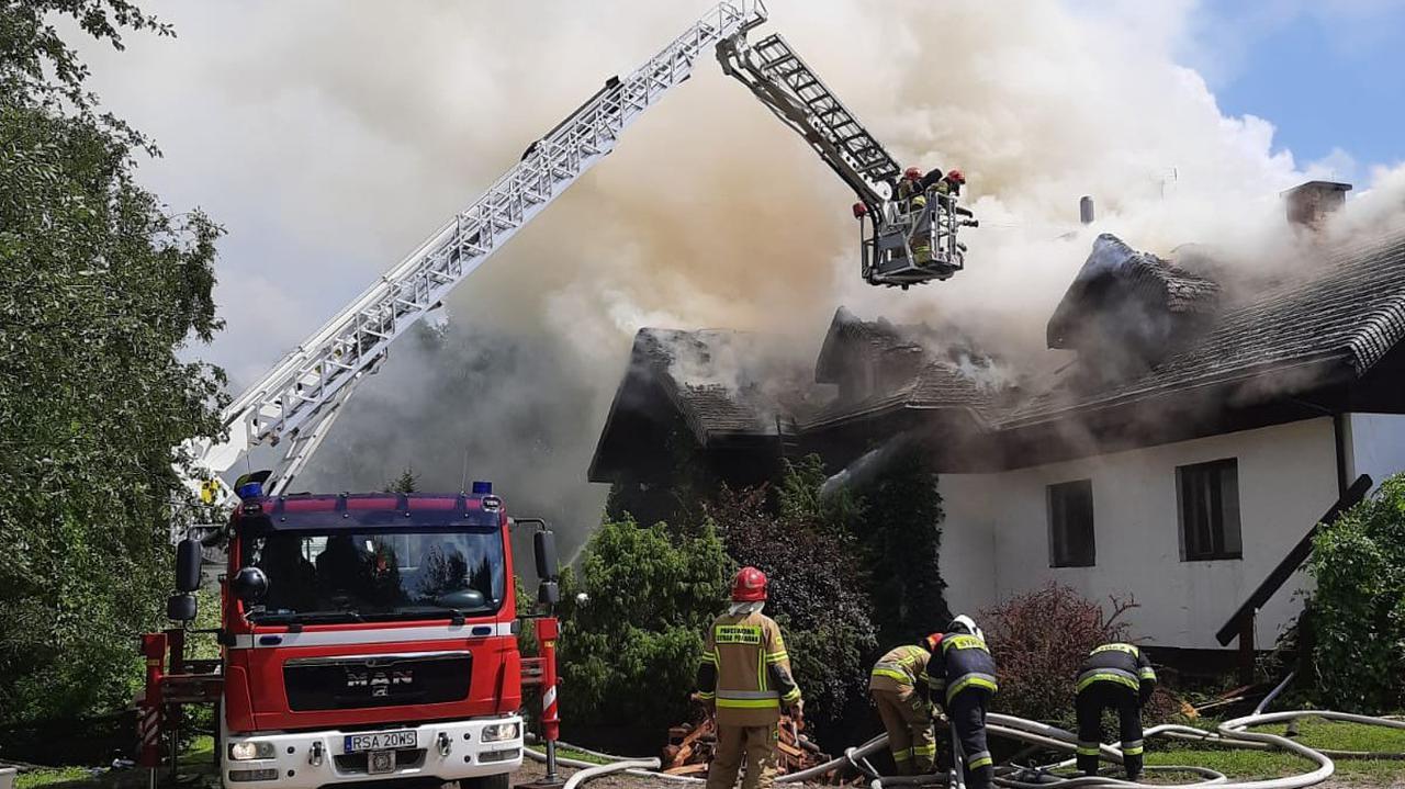 Pożar pensjonatu. Przed przybyciem strażaków z płonącego obiektu ewakuowało się pięć osób
