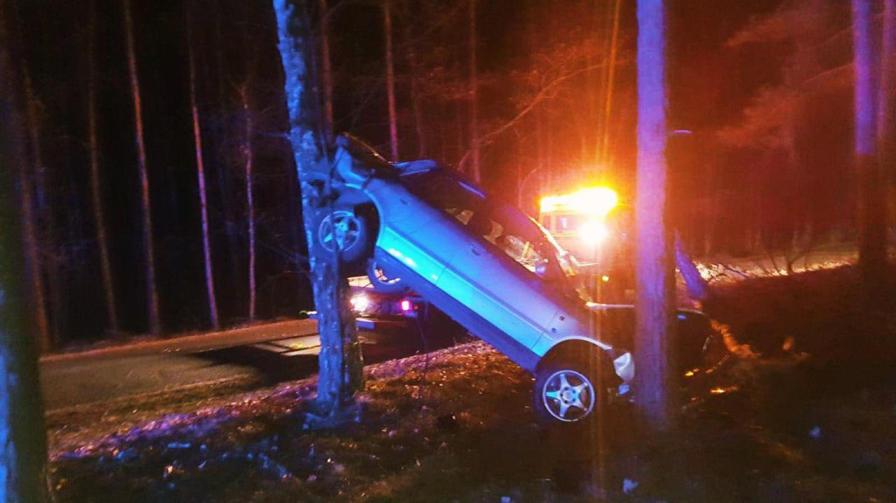 Pijany kierowca wypadł z drogi. Auto utknęło między drzewami