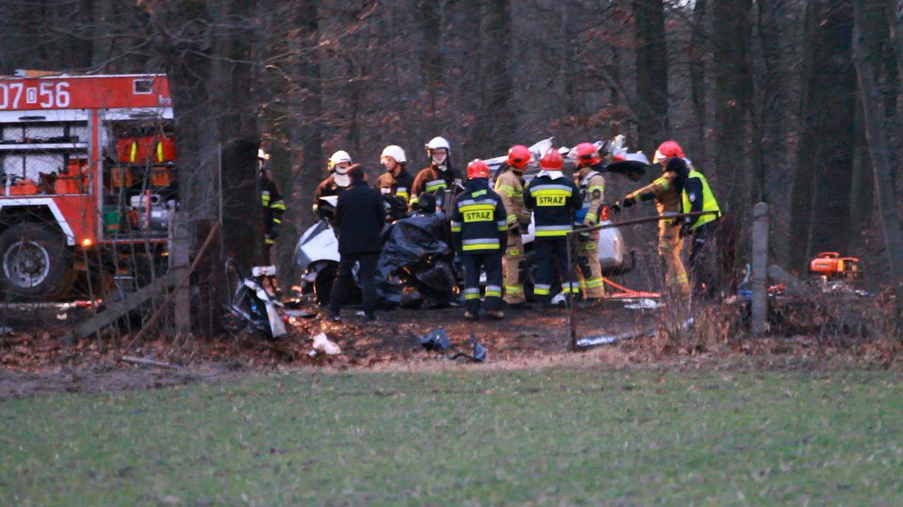 Auto stanęło w ogniu, dwoje dorosłych i niemowlę nie żyją