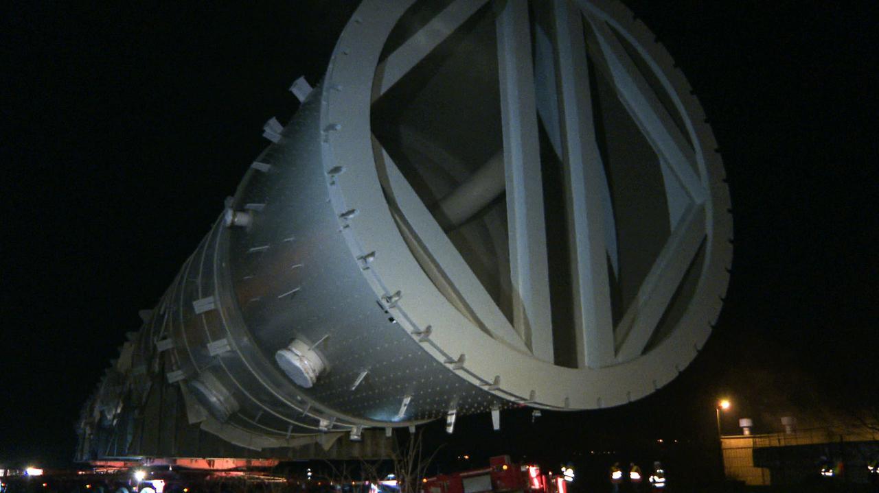Waży 888 ton, mierzy 96 metrów.