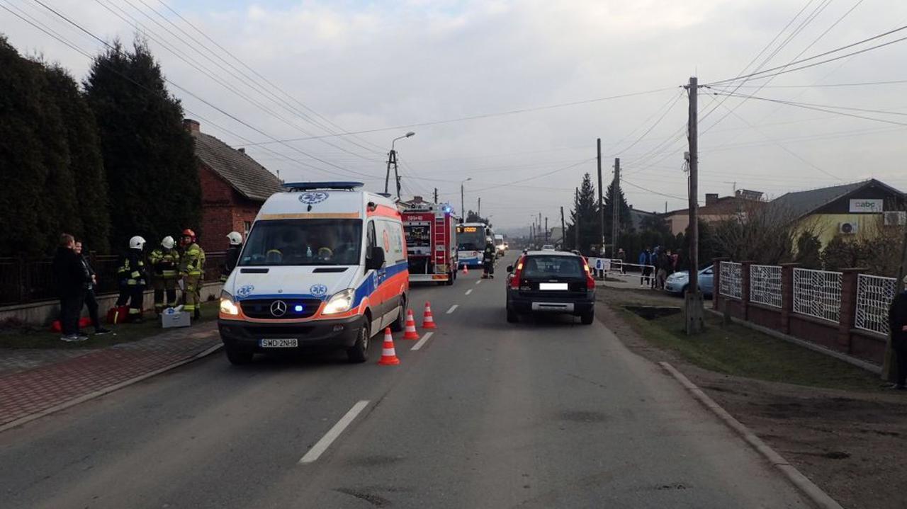 Policja: 9-latek wbiegł pod samochód, ma złamaną nogę