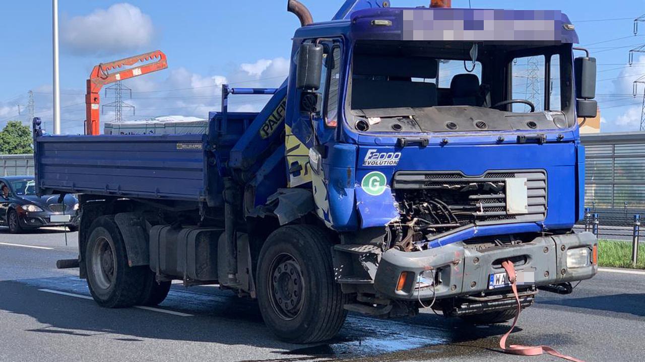 Ciężarówka z uszkodzoną kabiną blokowała S2