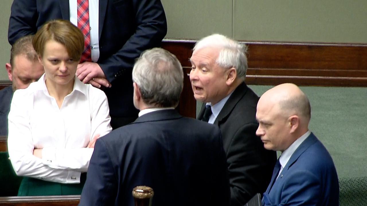 Nowacka przemawia, ministrowie nie słuchają.Budka się oburza, Kaczyński krzyczy o