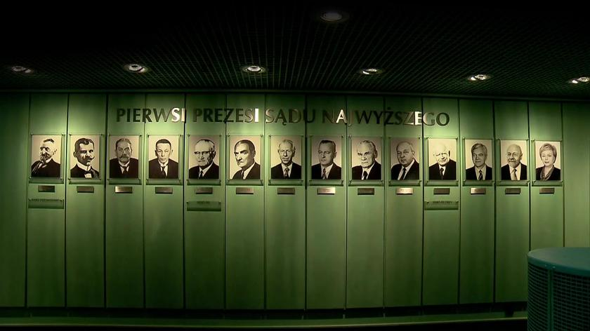 Wszyscy pierwsi prezesi Sądu Najwyższego. Według zarządzenia Zaradkiewicza sześć portretów zostało usuniętych