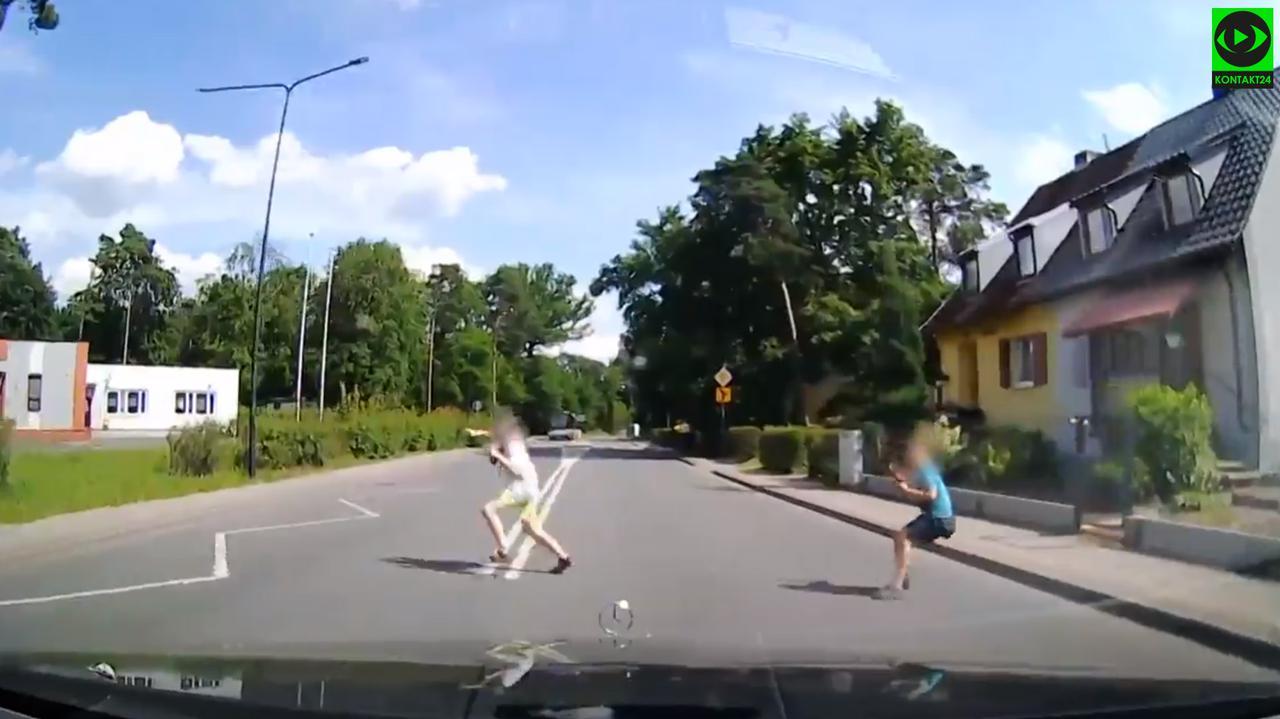 Dwaj chłopcy wbiegli na ulicę tuż przed nadjeżdżającym autem.