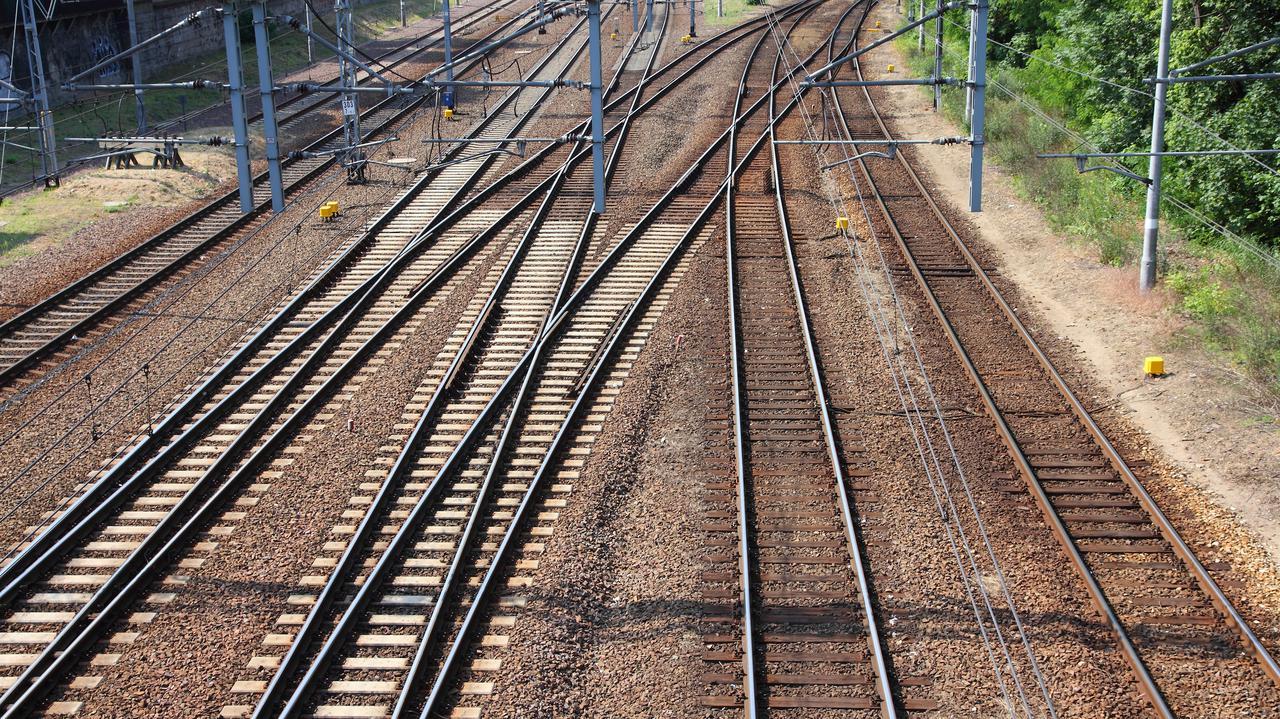 Awaria na magistrali kolejowej łączącej Mazowsze ze Śląskiem. Kilkugodzinne opóźnienia pociągów