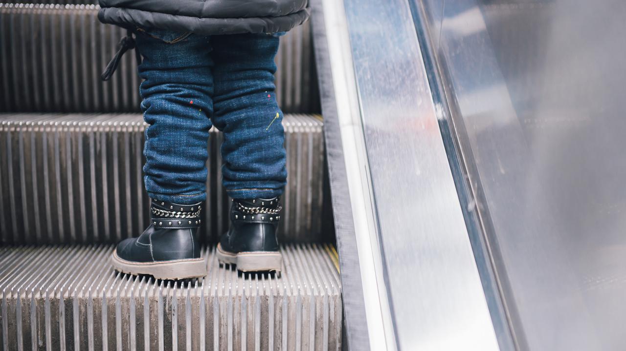 Ruchome schody w galerii handlowej wciągnęły stopę trzylatka