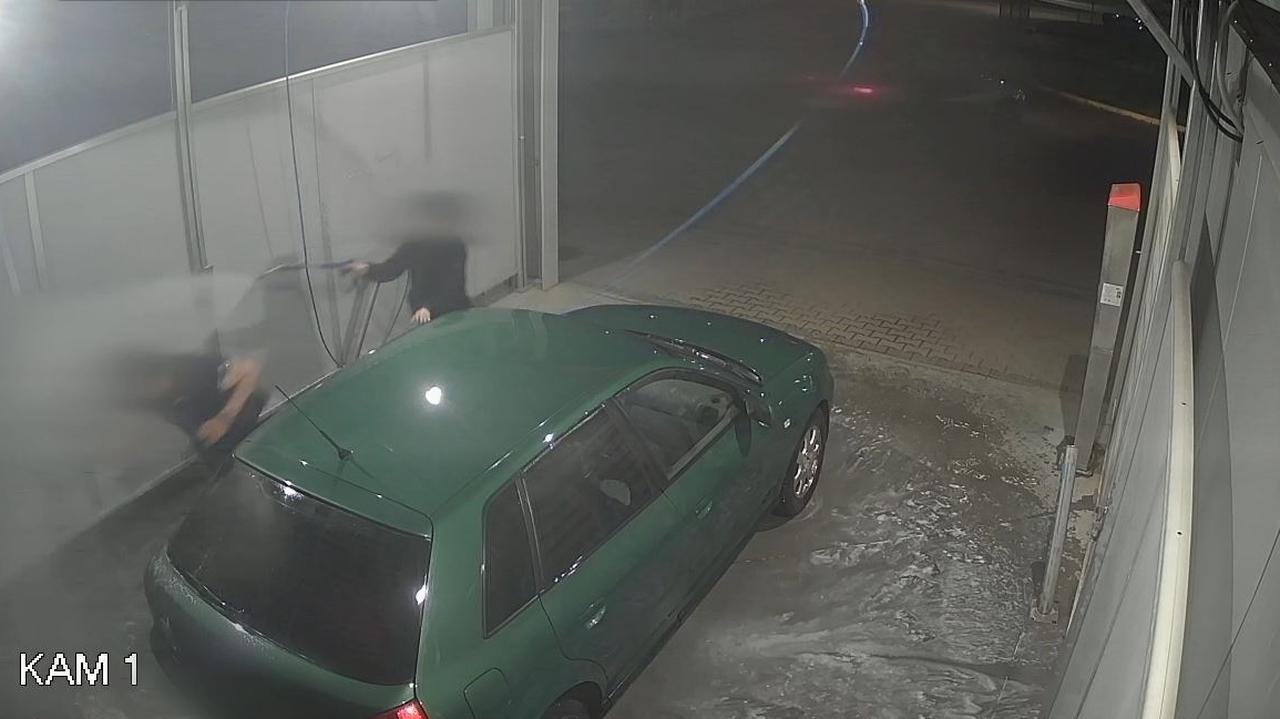 Chciał ukraść samochód myty przez właścicielkę. Kobieta przegoniła niedoszłego złodzieja