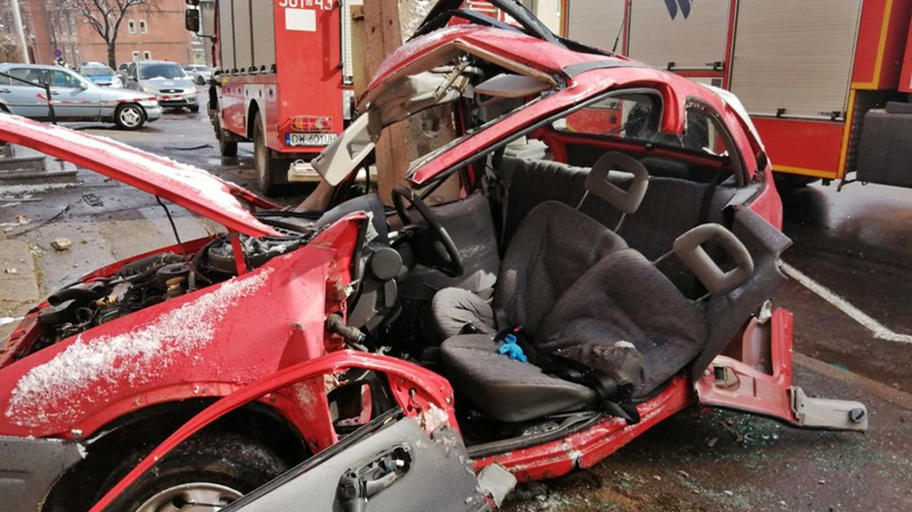 16-latek zaprosił 13-latka na przejażdżkę autem. Uderzyli w słup