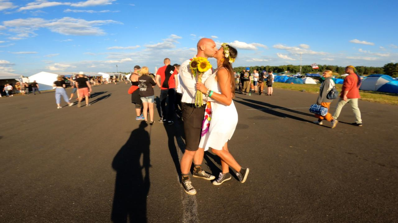 Nowożeńcy na Pol'and'Rock Festival.