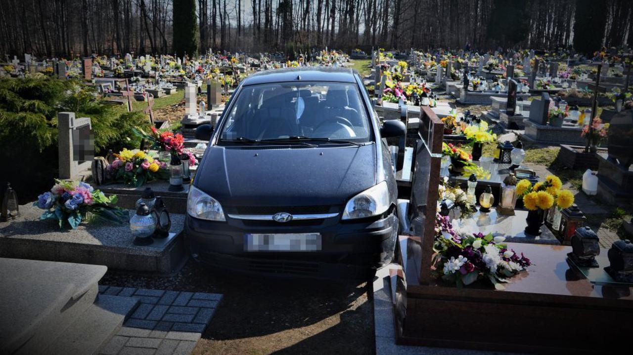 88-latek wjechał autem na cmentarz i zniszczył nagrobki.