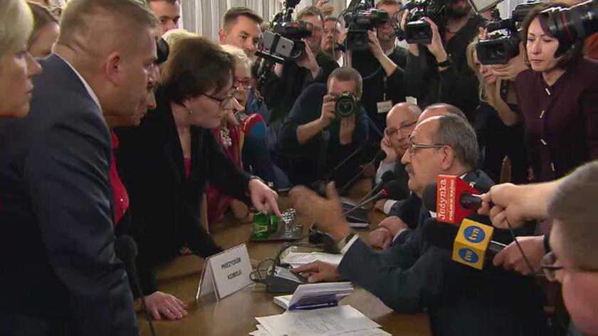 Emocje przy stole prezydialnym
