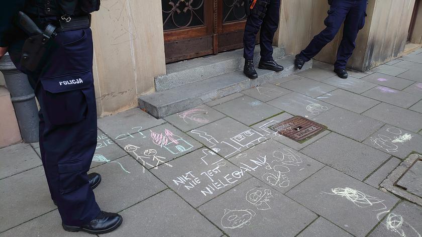 Dzieci narysowały kredą domki, matki dopisały hasła. Interweniowała policja