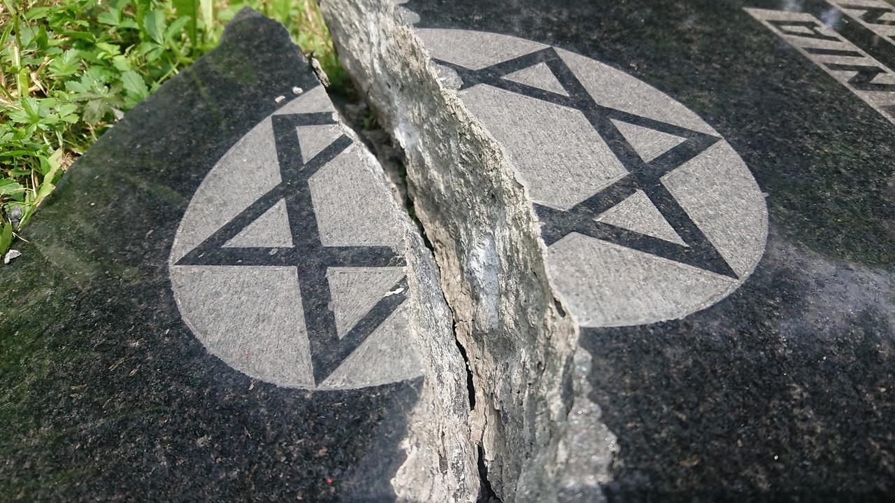 Dewastacja cmentarza żydowskiego. Na podstawie nagrań wskazali trzech chłopców,