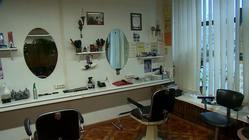 Pan Henryk jest znanym fryzjerem w Głogówku