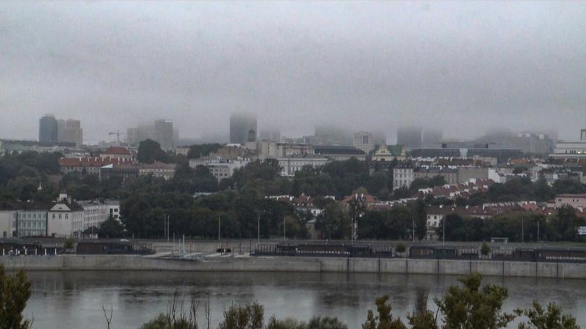 Wieżowce w Warszawie zniknęły w chmurach