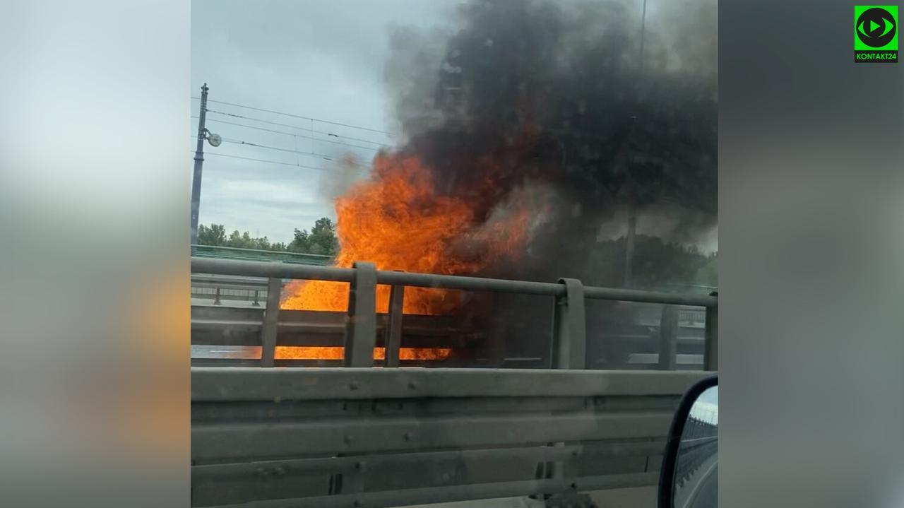 Auto w ogniu na moście