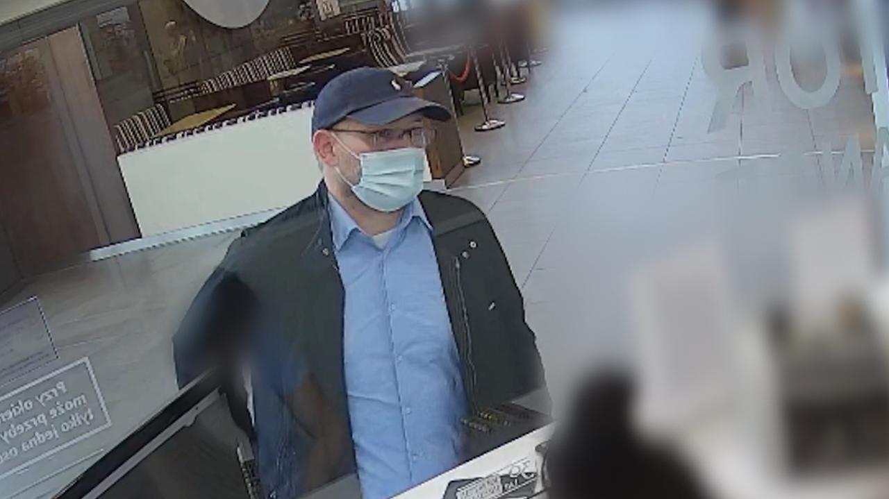 Kradzież 300 tysięcy złotych. Jedna osoba zatrzymana, policja poszukuje jeszcze mężczyzny z nagrania