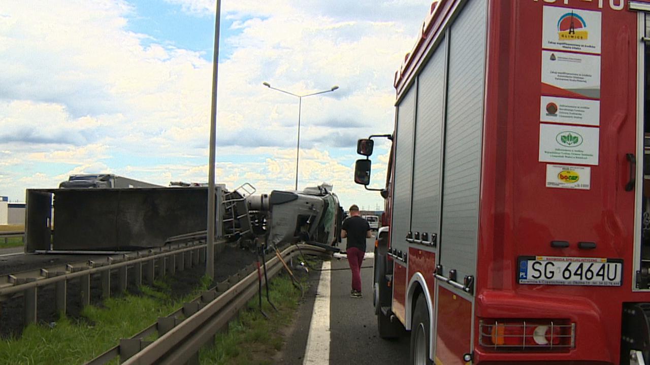 Przed bramkami na autostradzie przewróciła się ciężarówka. Na jezdnię wysypał się miał węglowy