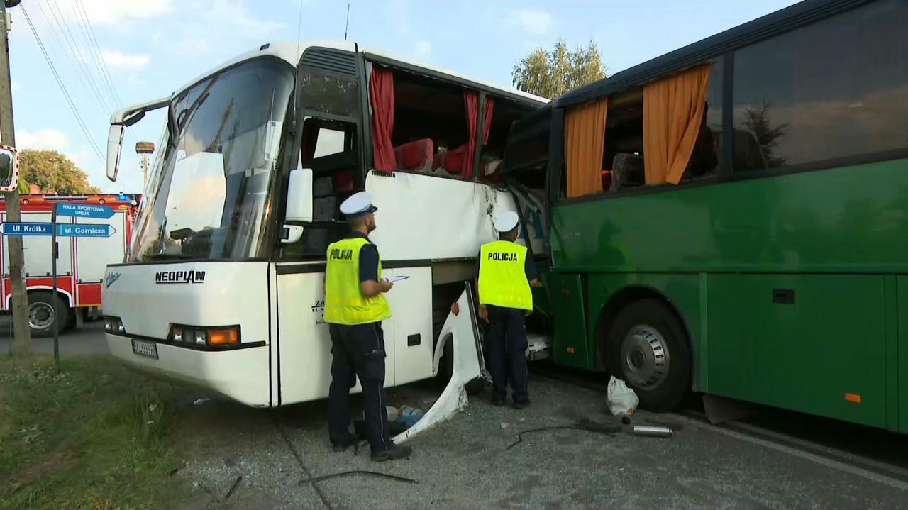 Zderzenie dwóch autobusów. Kierowca zakleszczony, poszkodowane dzieci
