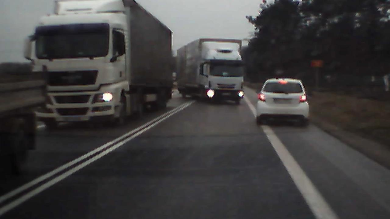 Ciężarówka jedzie na czołówkę, inne samochody uciekają w ostatniej chwili. Nagranie