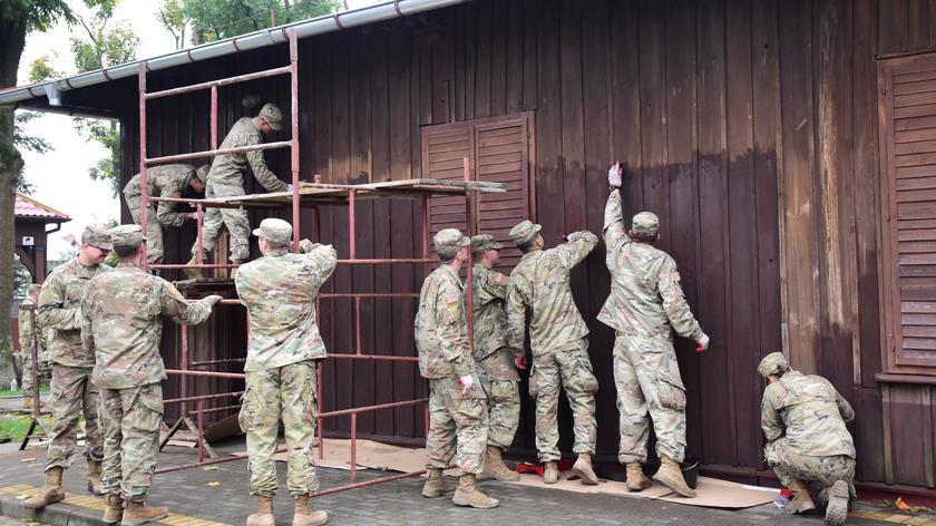 Szczuczyn. Amerykańscy żołnierze odświeżyli strażnicę pożarną z przełomu XIX i XX wieku