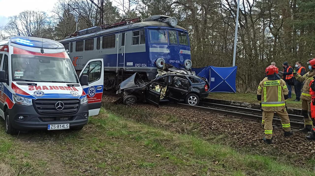 Zderzenie samochodu z pociągiem na niestrzeżonym przejeździe. Nie żyje 26-latek