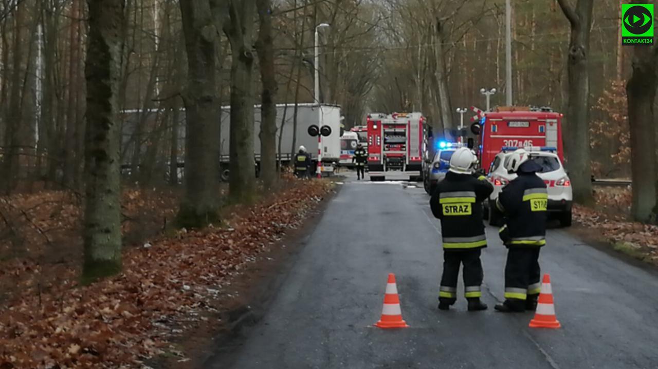 Zderzenie ciężarówki z pociągiem. Kierowca zginął na miejscu