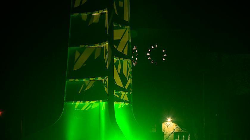 Wrocławska iglica podświetlona na zielono