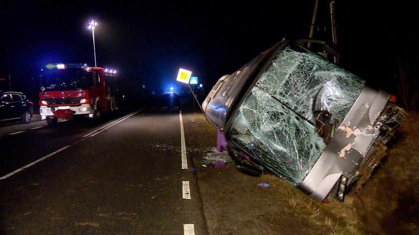 Koło ciężarówki wbiło się w przód autobusu