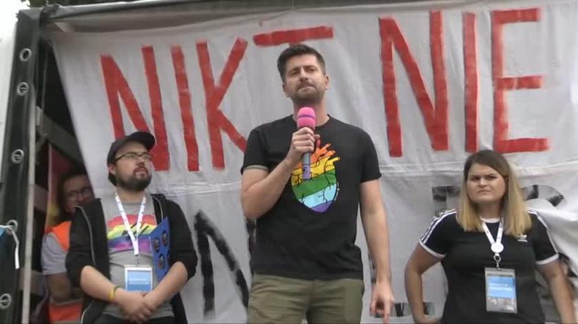 Krzysztof Śmiszek z Lewicy przemawia podczas III Marszu Równości w Opolu