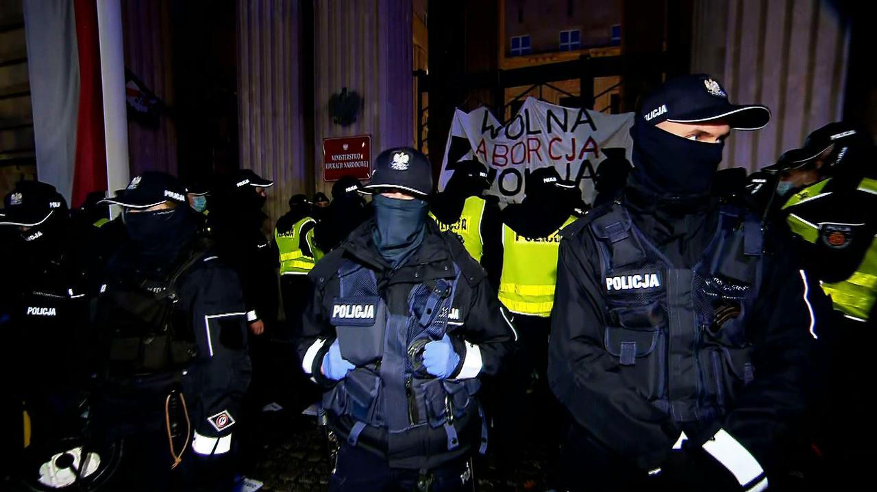 Blokada mostu, zadyma przed MEN, zatrzymania. Protestujący przeszli przed komisariat przy Wilczej