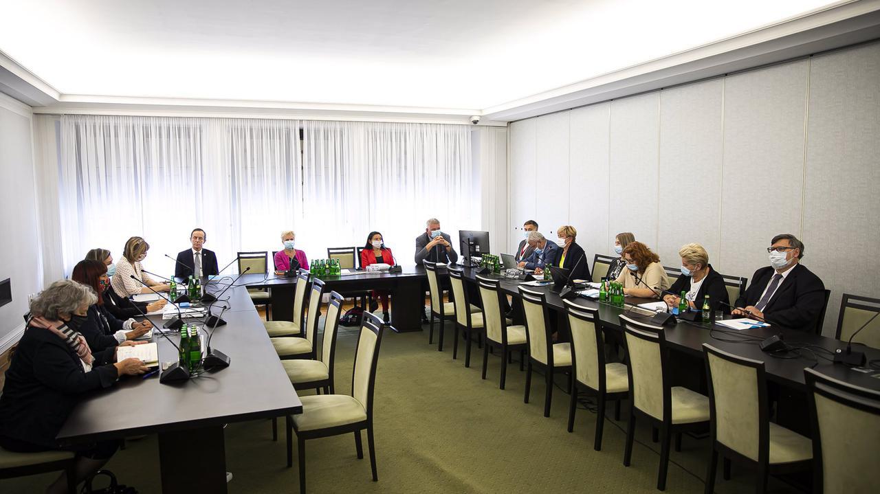 """<a href=""""https://tvn24.pl/polska/koronawirus-w-polsce-debata-na-posiedzeniu-senackiej-komisji-zdrowia-odpowiedz-ministerstwa-4688072?source=rss"""">""""Bałagan i brak strategii"""" czy raczej """"rząd dał radę""""? Komisja zdrowia o epidemii w Polsce</a> thumbnail  Na co zwrócić uwagę przed jesienną falą zachorowań? LANDSCAPE 1280"""
