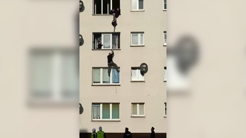 39-latek chciał uciec przez okno