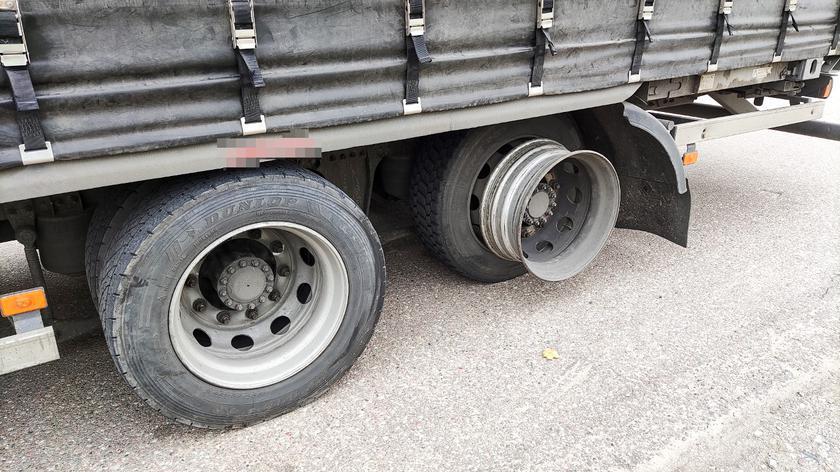 Inspektorzy zatrzymali ciężarówkę. Na jednym z kół brakowało opony