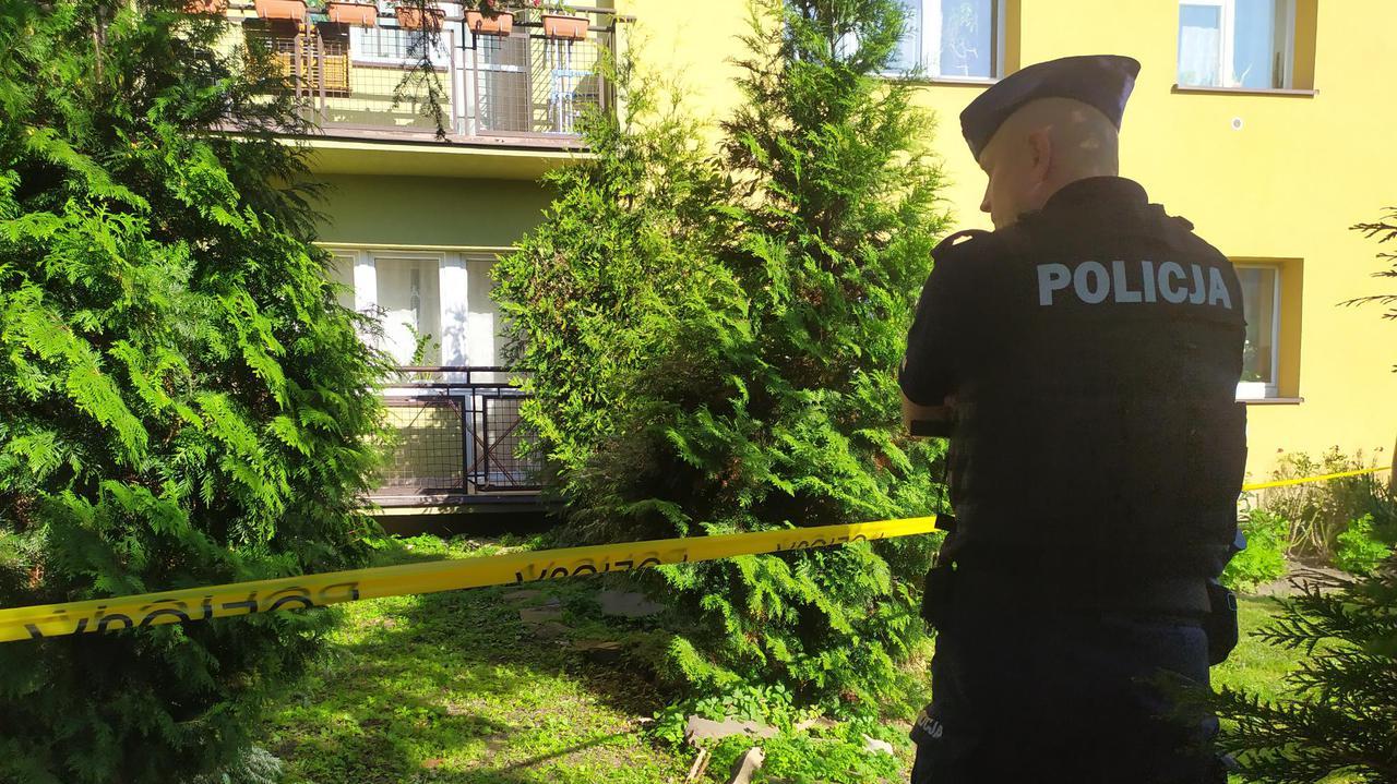 Tragedia w bloku w Tarnowie. Nie żyje siedmioletni chłopiec, dwoje dorosłych z ranami ciętymi i kłutymi