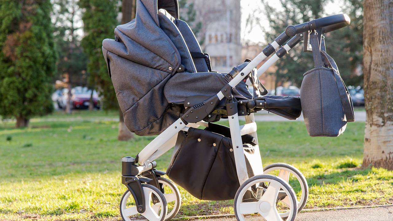 Rodzice leżeli na chodniku, obok stał wózek z płaczącym dzieckiem.