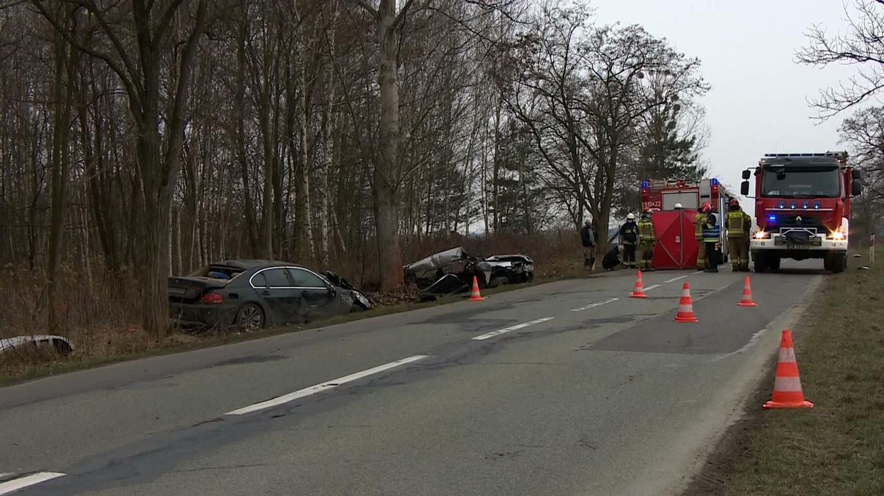 Czołowe zderzenie dwóch aut, nie żyje kobieta