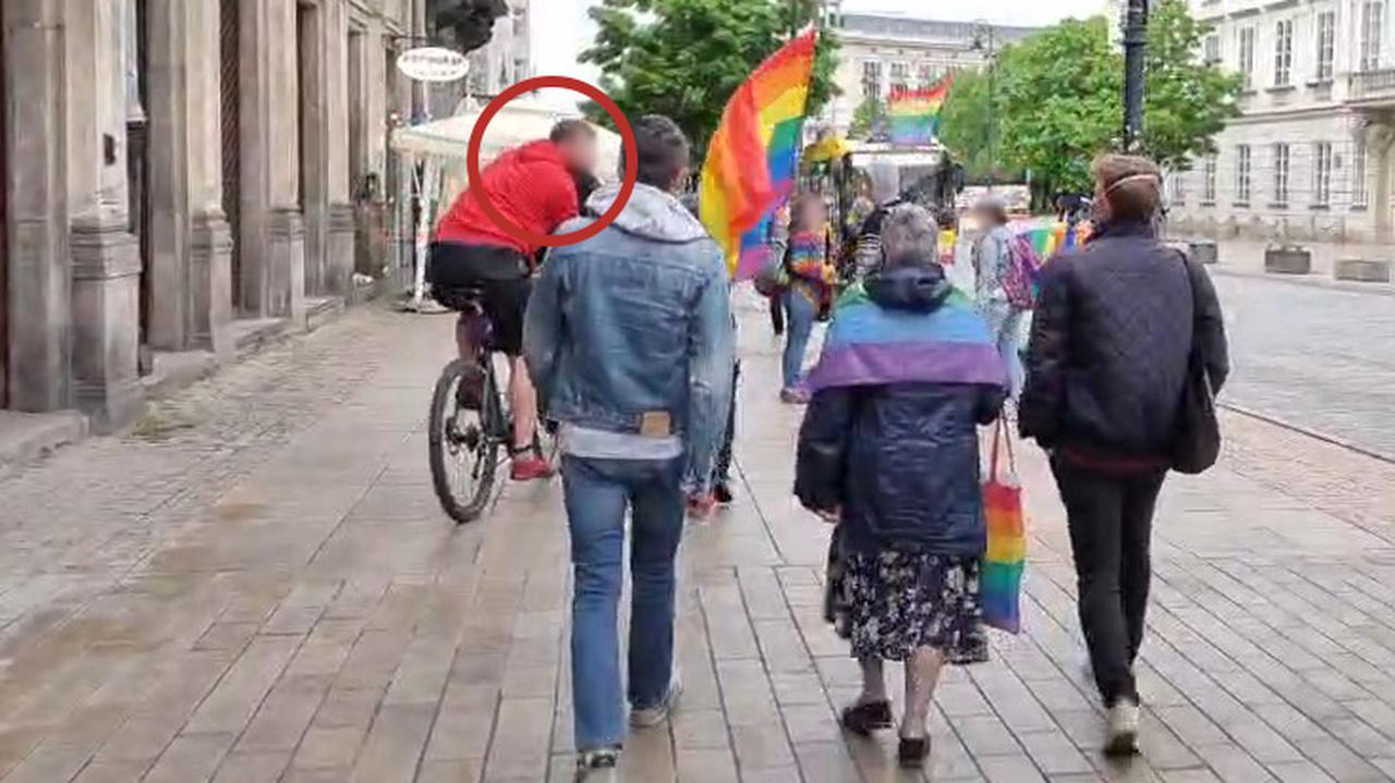 Rowerzysta opluł kobietę z tęczową flagą, drugi popchnął Babcię Kasię. Nie będzie śledztwa prokuratury