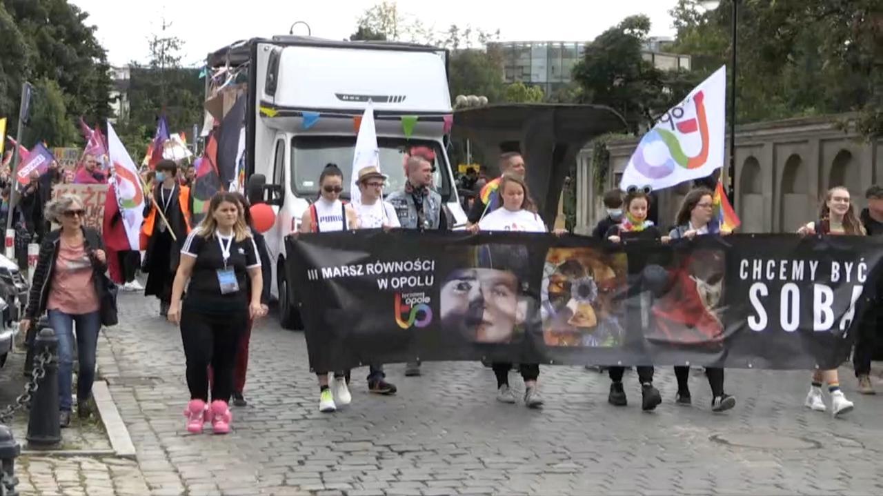Marsz Równości na ulicach Opola. Były wyzwiska i spalona tęczowa flaga