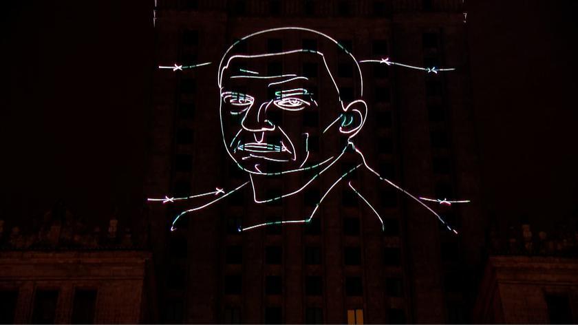 """Napis """"Uwolnić Andrzeja Poczobuta"""" na Pałacu Kultury i Nauki"""