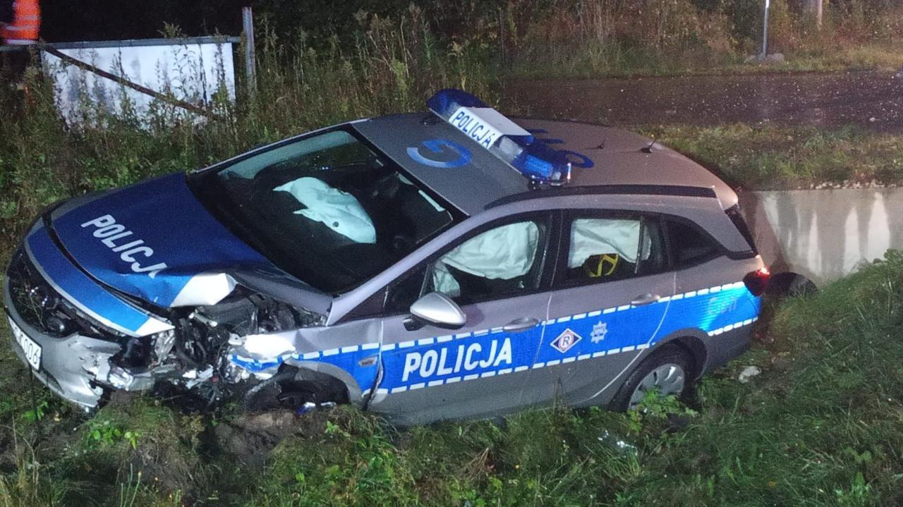 Zderzenie dwóch aut i radiowozu, ranni policjanci i 18-latek. Kierowca uciekł