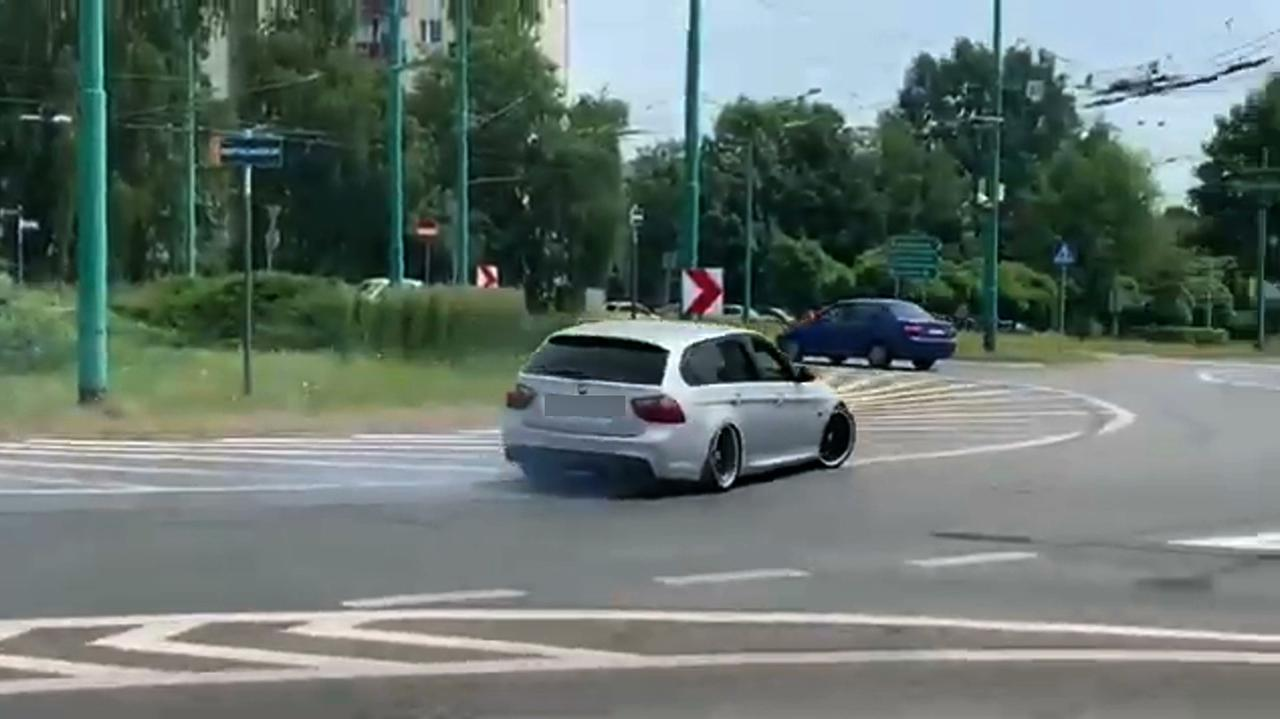 Drift na ruchliwym rondzie wśród samochodów, przed autobusem. Policja szuka kierowcy