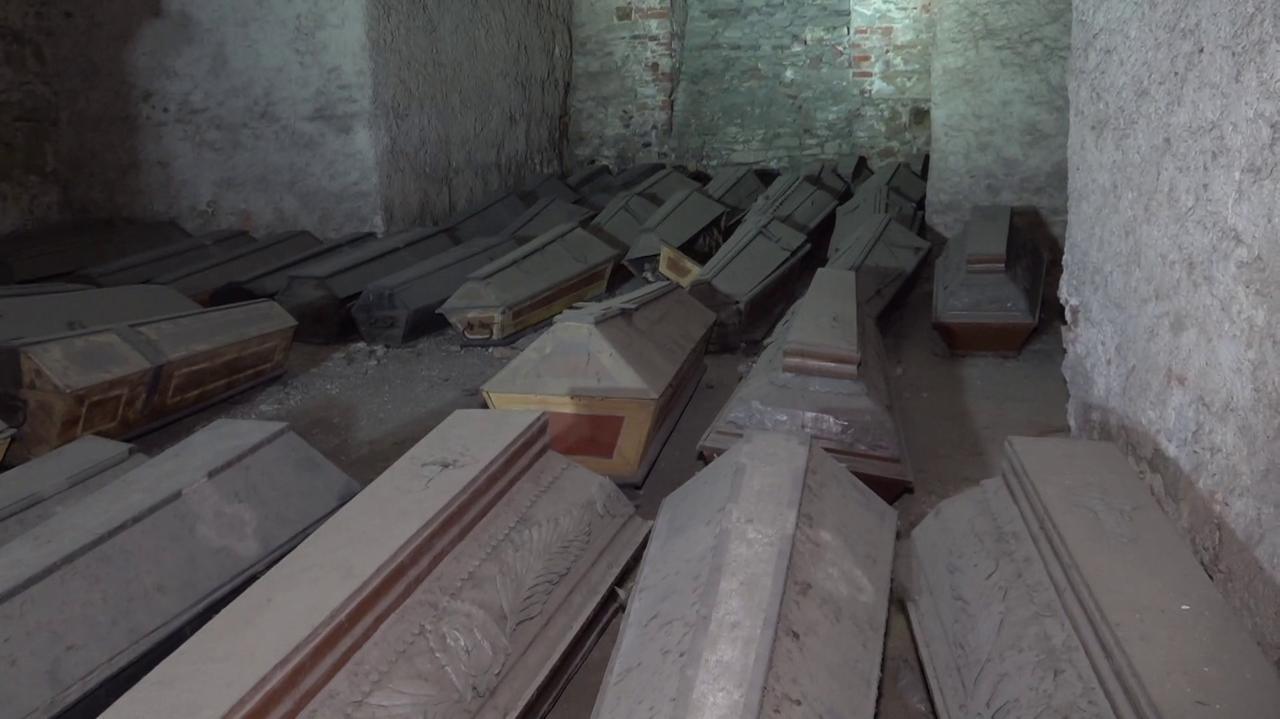 Dziesiątki trumien w podziemiach, zmarli w czasie epidemii zakonnicy mogli też zostać zamurowani