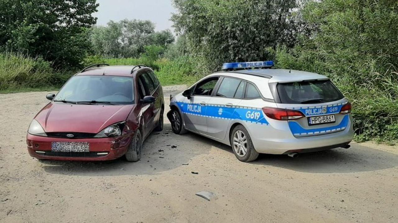 Policjanci szukali skradzionego samochodu. Znaleźli, kiedy w nich wjechał